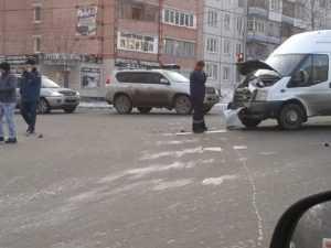 В Брянске маршрутка врезалась в легковушку – есть пострадавшие