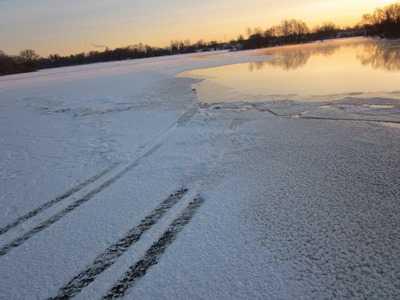 В Брянске  иномарка провалилась под лёд — погиб человек
