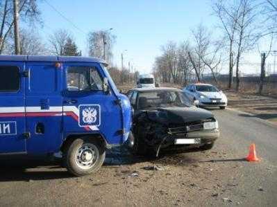 В Брянске почтовый «УАЗ» столкнулся с «Москвичом»