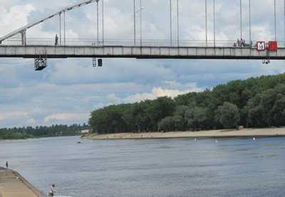 Клинчанку, прыгнувшую с ребенком с 20-метрового моста, будут лечить