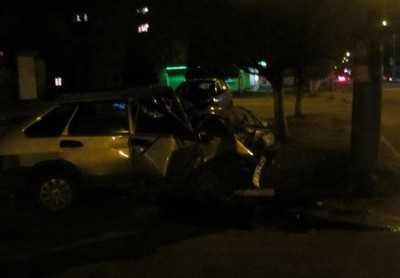 Брянский водитель врезался в столб – у пассажира перелом позвоночника