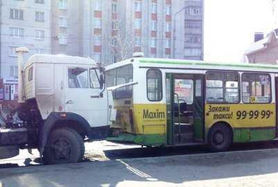 В Брянске «КАМАЗ» протаранил пассажирский автобус