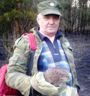 При тушении огня в лесу брянский пожарный спас от гибели ёжика