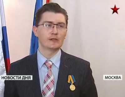 Брянского тележурналиста Константина Исаева наградил командующий ВДВ
