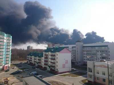 В Брянске горят и взрываются склады
