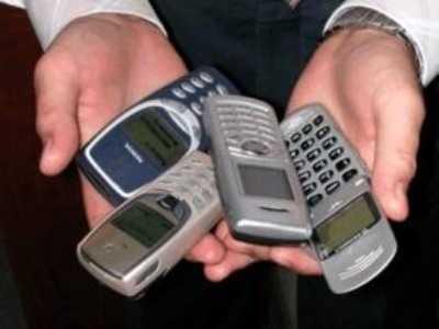 В Брянске поймали воровку, подменявшую дорогие мобильники дешёвыми