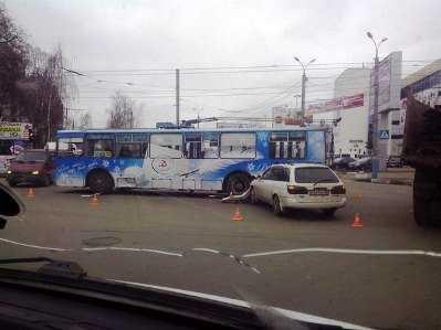 В Брянске троллейбус врезался в иномарку — пострадали двое