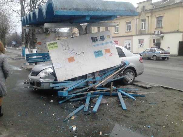 """В Брянске """"Нисссан"""" вылетел на троллейбусную остановку"""