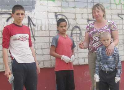 Жены и дети брянских полицейских уничтожили рекламу наркотиков