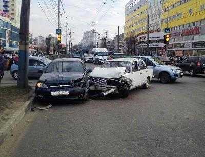 Возле ТРЦ «Мельница» в Брянске столкнулись легковушки