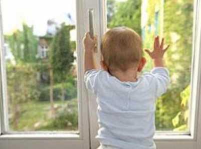 В Навле трёхлетний ребёнок разбился, упав со второго этажа
