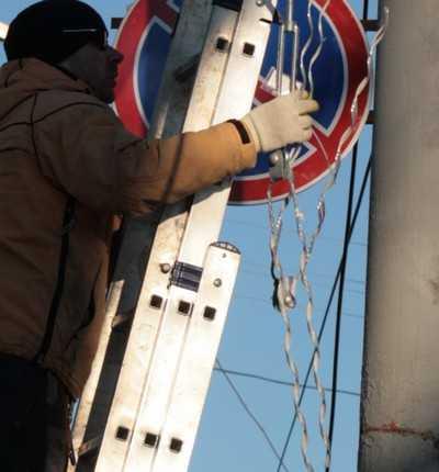 В Комаричском районе рабочий упал после удара током и покалечился