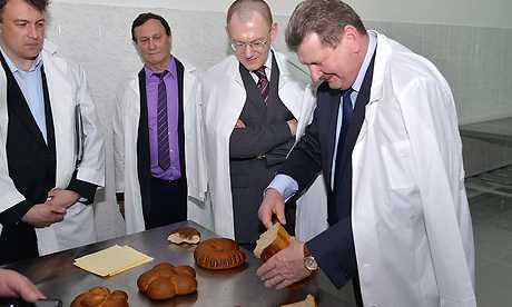 Заместителя полпреда президента в Брянске накормили хлебом