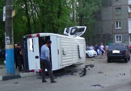 Водители столкнувшихся в Брянске джипа и маршрутки оказались лихачами