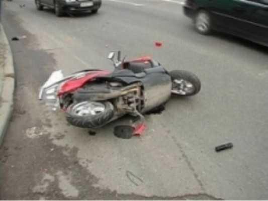 В Клинцах скутерист сбил женщину и сломал себе нос