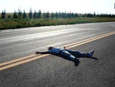 В Злынке легковушка переехала лежавшего на дороге пьянчугу