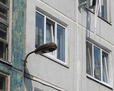 За выпавшим из окна брянским ребенком приглядывала 73-летняя бабушка