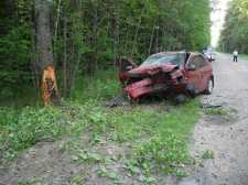 Пьяный брянский водитель врезался в дерево и переломал обе ноги