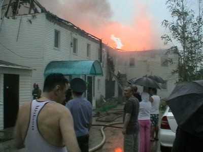 В Брянске во время грозы загорелся дом