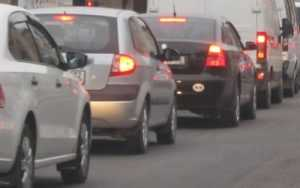 В Брянске на набережной элекроопора рухнула на автомобиль