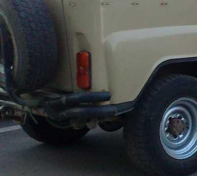 Упавший столб на улице Калинина в Брянске задел внедорожник