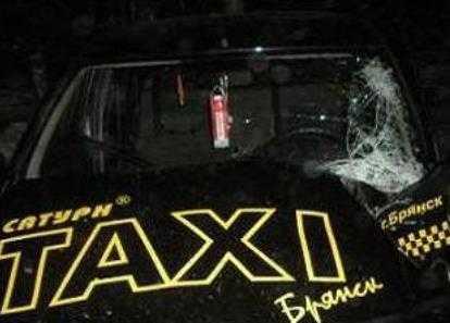 В Брянске таксист наехал на пенсионерку и скрылся