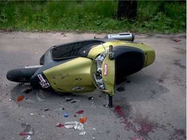Неизвестная машина сбила скутериста и его пассажирку в Брянске