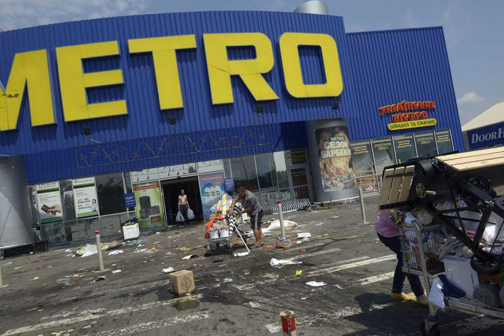 Мародеры обчистили Metro под прикрытием украинских военных