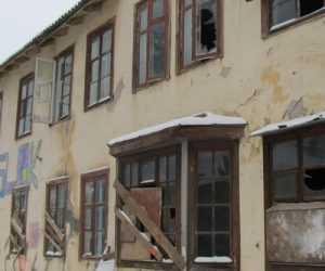 Брянских чиновников обвинили в трате денег на разрушающиеся дома