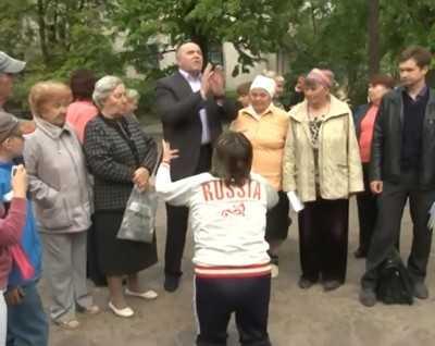 Брянского депутата Бугаева на коленях попросили вспомнить о детях