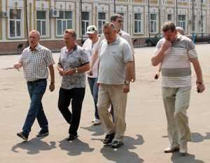 Брянские чиновники в белых штанах выслушали, как надо косить