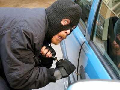 Брянские сыщики поймали вора, похитившего из авто 19 тысяч рублей