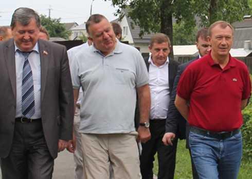 Предвыборные сцены: вместе с губернатором и в белых штанах