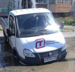 В Брянске на Новостройке посреди дороги провалился автомобиль