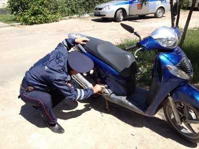 Брянские инспекторы задержали водителя угнанного в Италии скутера