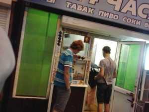 Брянские продавцы сигарет прорубили двери во имя прибыли