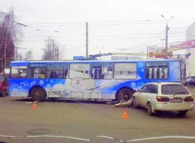 В Брянске столкнулись иномарка, троллейбус и два грузовика