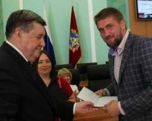 Брянскому богатырю Виталию Минакову вручили диплом юриста
