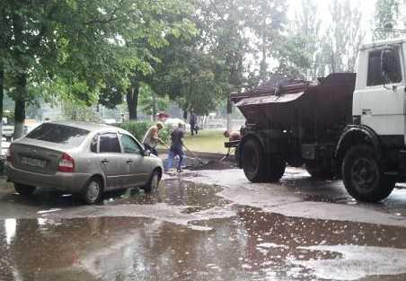 Брянские дорожники заварили асфальтовую кашу в луже под дождем