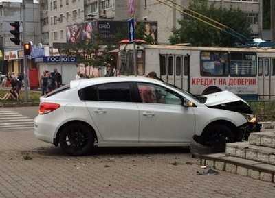 Брянская автомобилистка врезалась в магазин и осталась без зубов