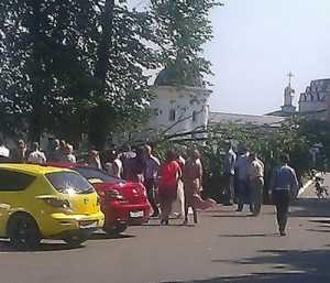 У брянского монастыря на свадебную машину рухнуло дерево