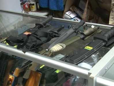 В брянском торговом центре полиция изъяла 17 ножей и пистолет