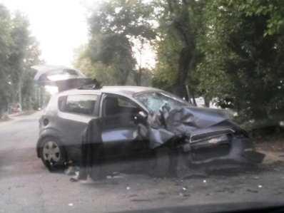 В Брянске разбился врезавшийся в дерево лихач