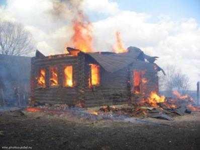 В брянской деревне сгорела школьница, три подростка в больнице