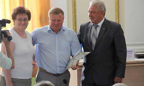 Чиновники награждали за охрану труда, когда Брянск прощался с рабочими