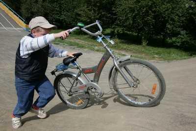 В Брянске велосипедист сломал нос пенсионерке