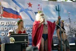 Брянские  чиновники поздравили моряков на фоне баннера с крейсером США