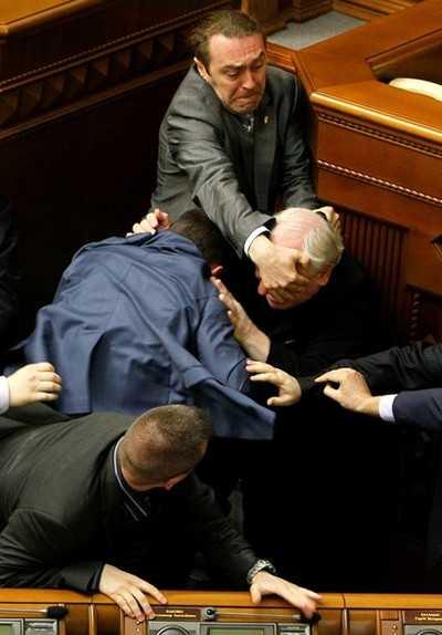 Депутаты избили мэра и его жену