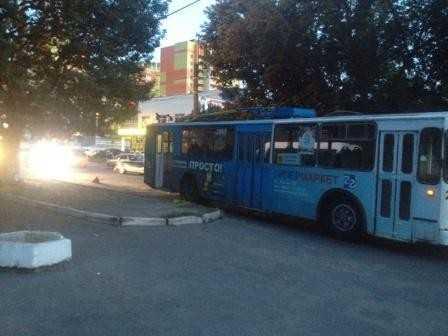 В Брянске легковушка протаранила троллейбус