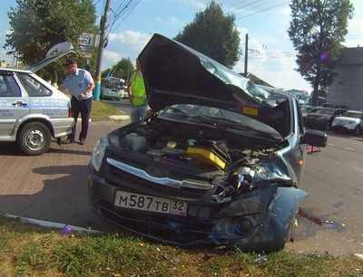 В Брянске около автосалона «Форд» столкнулись «Мерседес» и «Лада»